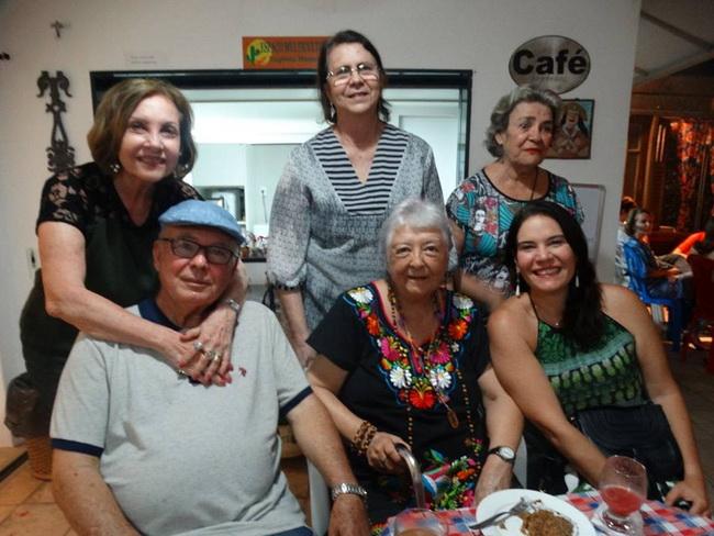 O poeta José Luiz Melo e sua musa Aída Grassano Melo, Salete Rego Barros, Eugenia Menezes, Myriam Brindeiro e Luciana Grassano Melo.