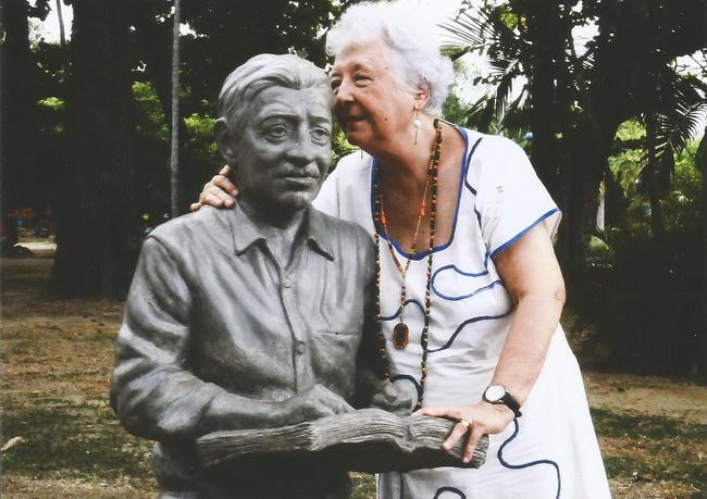 Janeiro de 2017. Myriam Brindeiro no Parque 13 de Maio, junto da estátua do poeta Alberto da Cunha Melo.