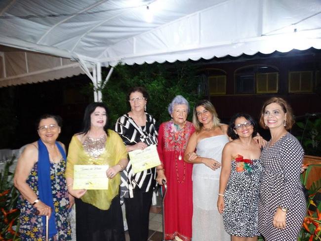 Myriam Brindeiro entre amigas também agraciadas com o diploma UBE. Genoveva Thompson, Margarethe Leite, Salete Rêgo Barros, Myriam Brindeiro, Taciana, Vera Nóbrega, Bernadete Bruto