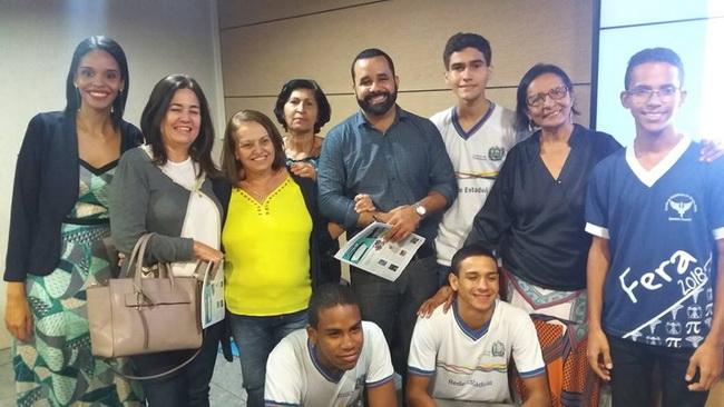 Recife, 15 de maio de 2017. Lançamento da revista Novo Horizonte. As editoras Raphaela Nicácio e Lourdes Nicácio entre amigos e convidados.
