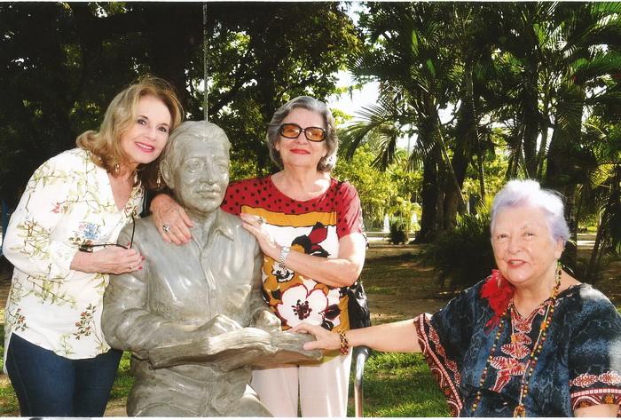 Vernaide Vanderley, Eugênia Menezes e Myriam Brindeiro. Recife, Parque 13 de Maio, 8 de abril de 2017, junto à estátua de Alberto da Cunha Melo.
