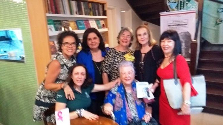 Beatriz Brenner, Cláudia Cordeiro, Eugênia Menezes, Vernaide Vanderley, Dantas Jade. Sentadas: Iara e Myriam.