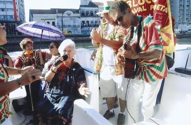 """Myriam canta """"Recife das Pontes"""", no cenário natural da própria composição. Recife, 12 de janeiro de 2018. Foto de Milton Leão."""