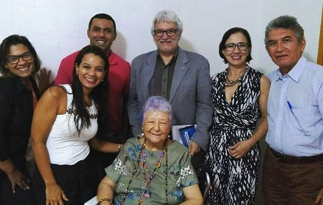 "Myriam Brindeiro e amigos, recepcionando o convidado do ""Microfone aberto"", Alexandre Santos. Recife, Brindeirarte, 17 de maio de 2018."