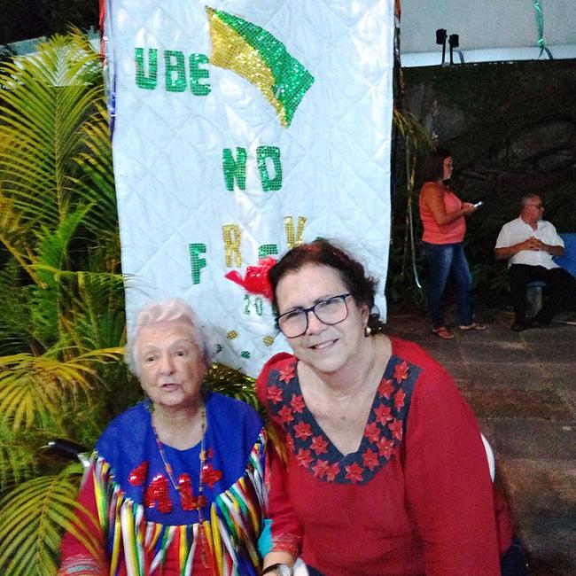 Myriam Brindeiro e Salete Rego Barros durante o evento. Ao fundo, o estandarte da UBE.