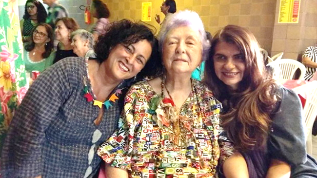 Myriam Brindeiro ladeada por Andréa Mota e Nilza Lisboa que deram depoimento sobre a Edições Pira para a Folha de Pernambuco.