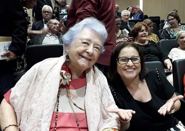 Myriam Brindeiro no auditório da ALEPE, ao lado de Vera Nóbrega.
